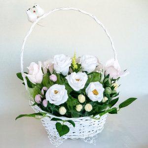Lilled kommidega korvis